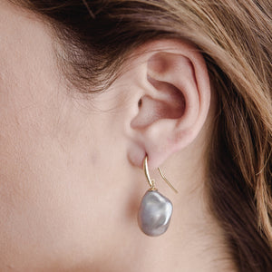 Baroque Pearl Earring, Grey, 9kt Yellow Gold