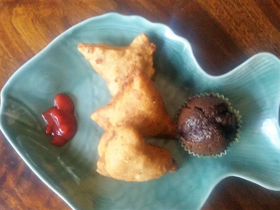 Snack Box: Chicken Samosas (3), Ketchup & Choco Cup Cake