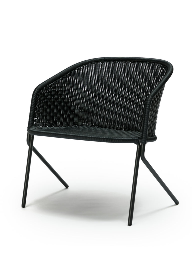 Kakī lounge chair outdoor (charcoal polyethylene) front angle