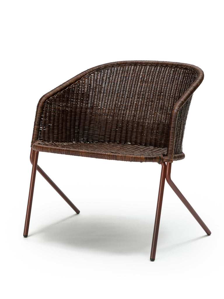 Kakī lounge chair (oxide red frame / rust rattan slimit) front angle