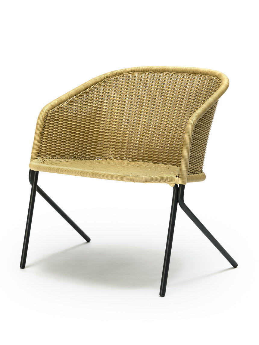 Kakī lounge chair outdoor (wheat polyethylene) front angle