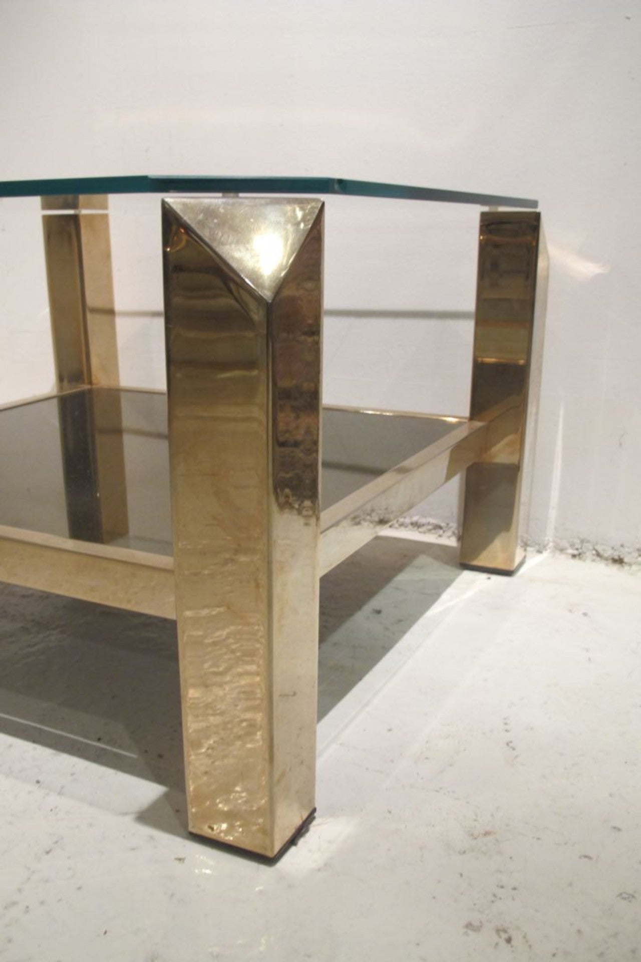 X Stylish 1970s Faceted Corner Brass and Glass Side Table with Mirrored Lower Tier