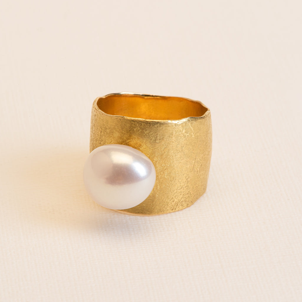 18kt Gold hammered statement Ring with Freshwater Pearl