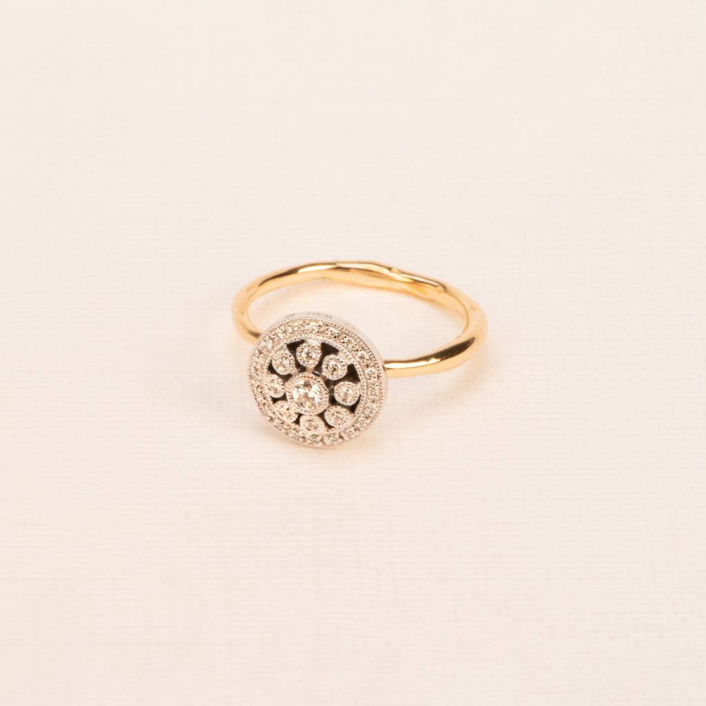18kt Gold Ring with organic band and white Diamond rosas