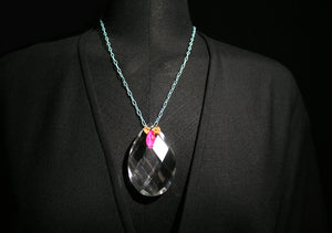 Short necklace with pendant of a crystal stone.