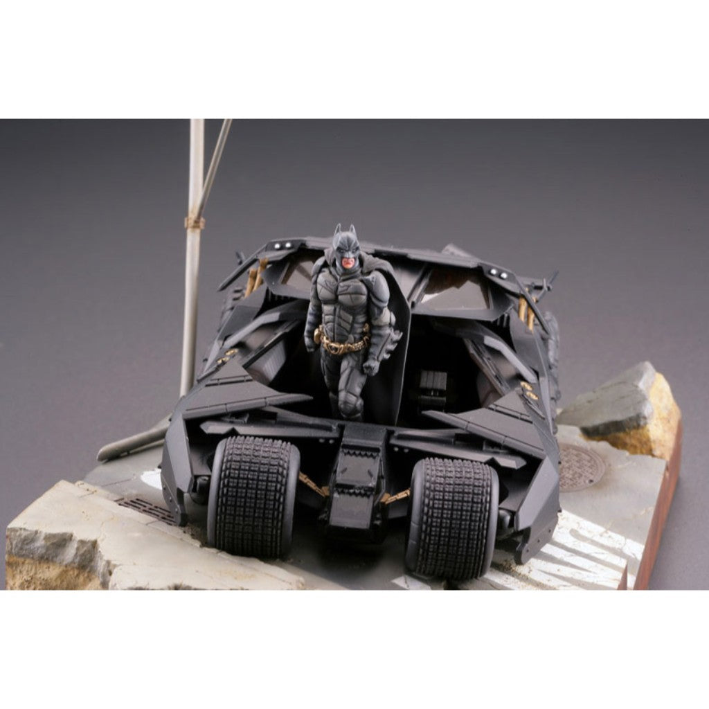 Legacy of Revoltech LR-054 - Batmobile Tumbler in Gotham City