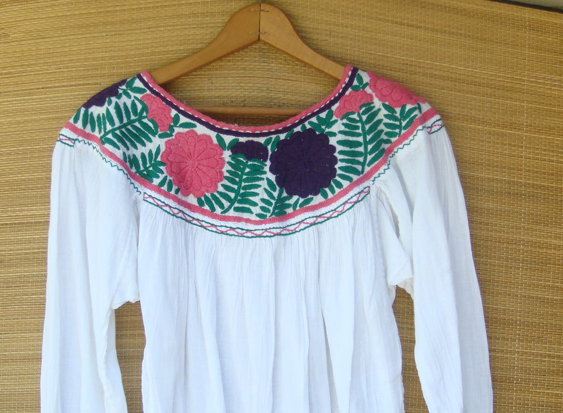 Mexican Blouse Huipil White Peasant Multicolor Embroidered Flowers XS/Small