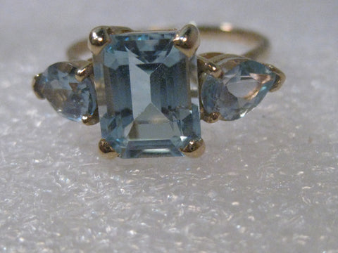 14kt Yellow Gold Emerald & Pear Cut Blue Topaz Ring, sz. 9, 3.94 gr. 6.3 tcw