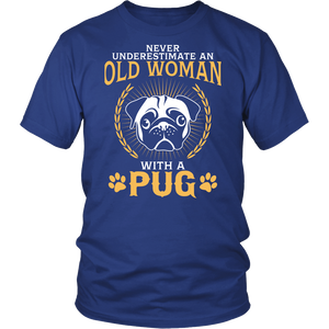 Shirt-Never Underestimate an Old Woman With a Pug ccnc003 dg0042