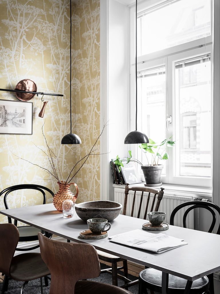 Beautiful Swedish kitchen with lovely yellow wallpaper