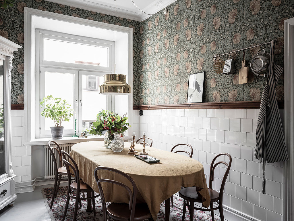 Scandi kitchen with cosy wallpaper