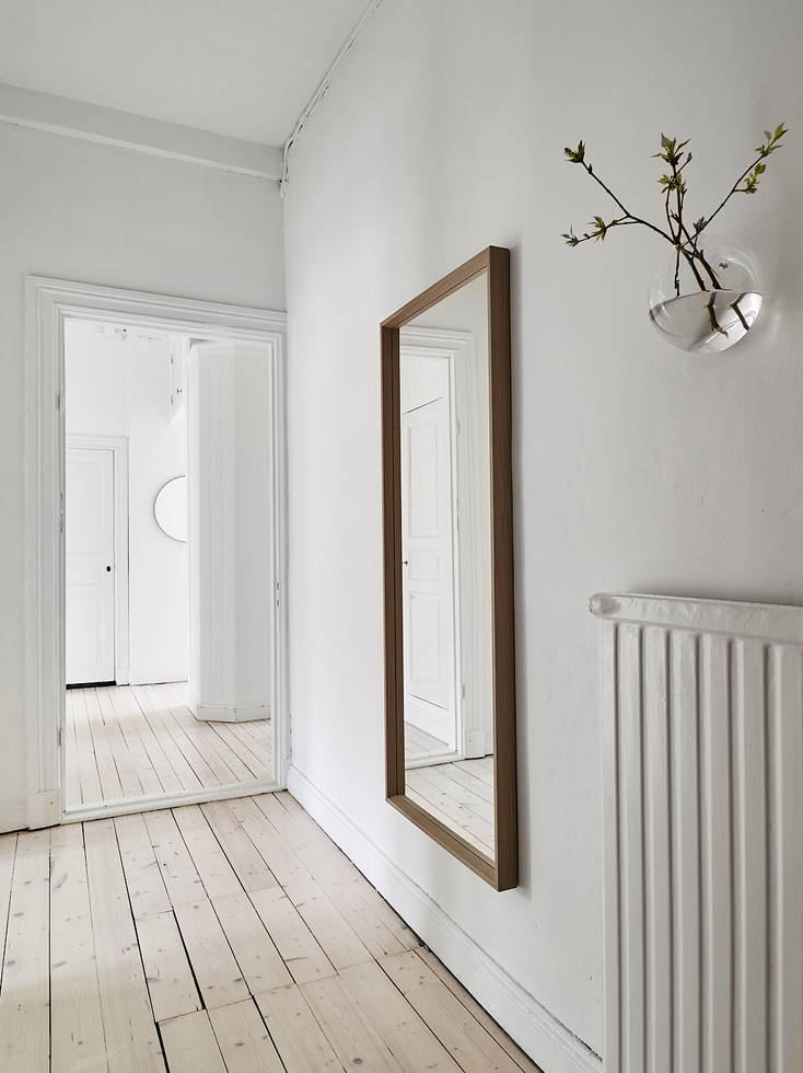 Hall way of Gothenburg apt. with warm neutral tones | Kungshöjdsgatan