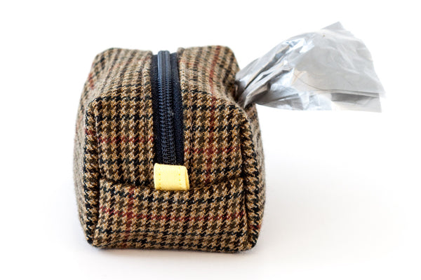 Pull out a bag for cleaning up after your dog with this houndstooth clip-on bag dispenser | oxforddogma.com