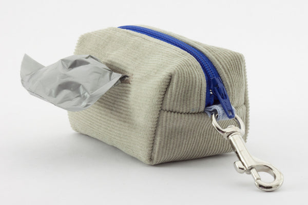 This poo bag dispenser clips onto your leash so it's always handy | oxforddogma.com
