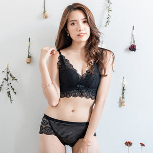Flutter in Lace! Comfy Cheeky in Black