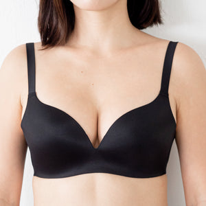 The Seamless Thinnest Lightly-Lined Wireless T-Shirt Bra in Black