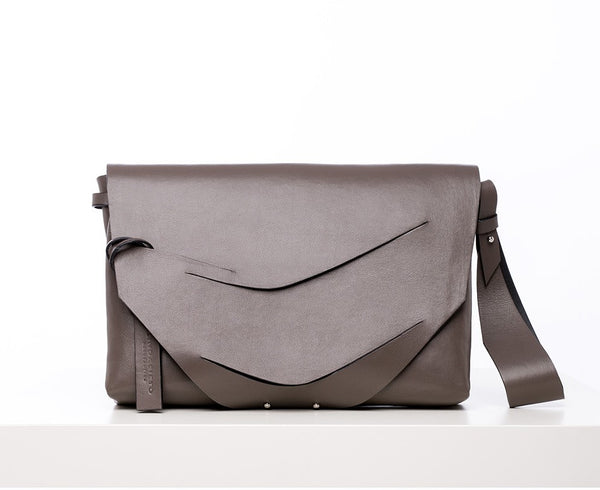 Boomerang Hybrid Bag in Truffle