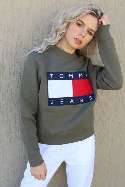 TOMMY JEANS HOODIES TOMMY JEANS LADIES FLAG CREW - OLIVE