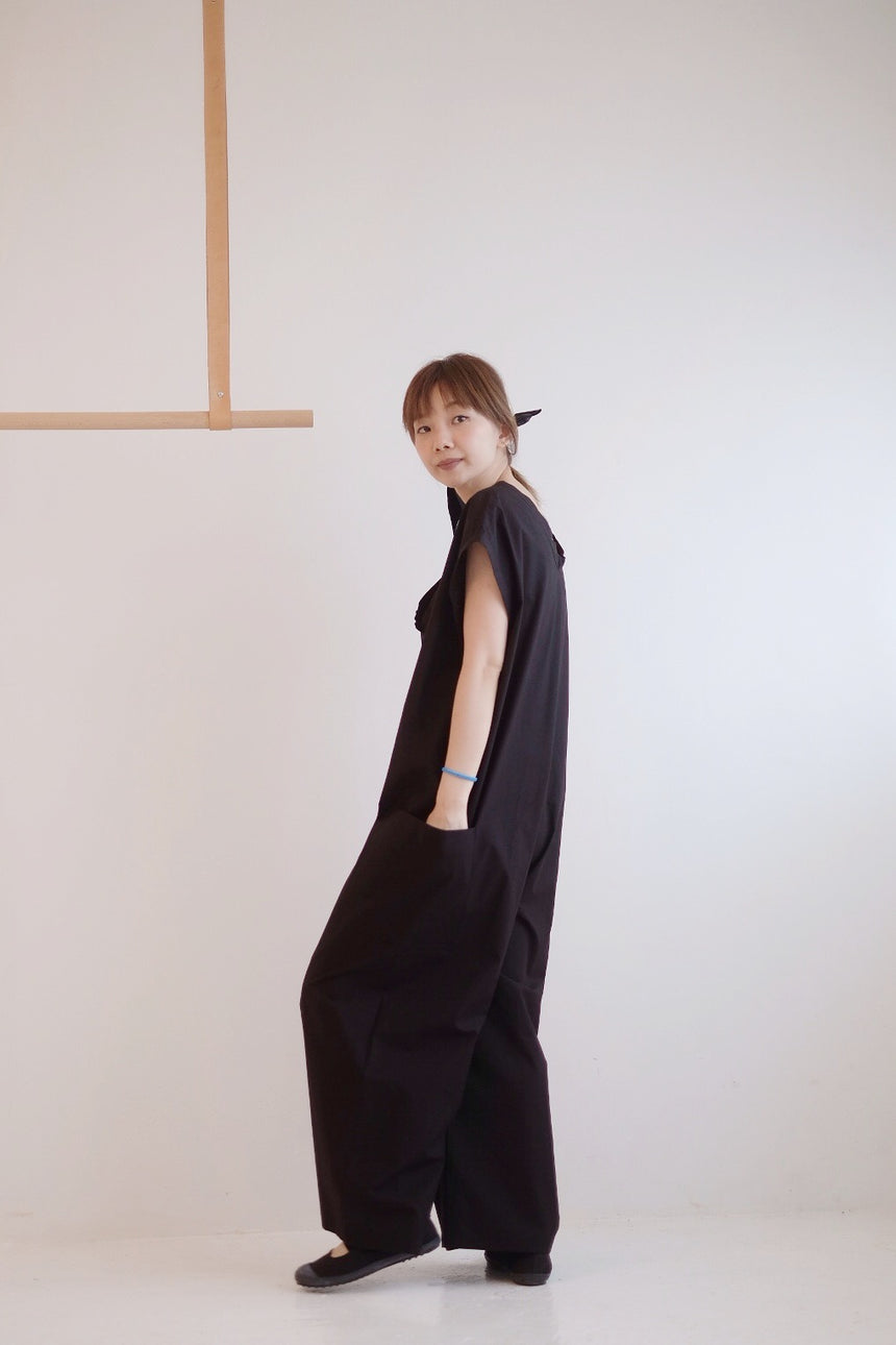 COTTON SLEEVELESS JUMPSUIT (BLACK)