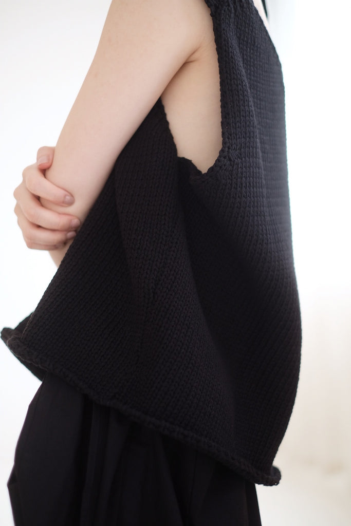 KNITTED TANK TOP (BLACK)
