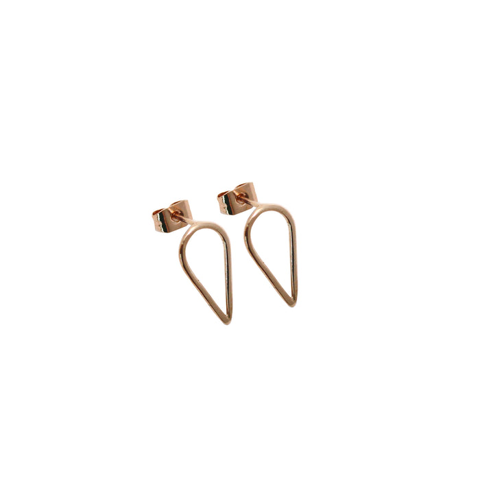 Teardrop shaped Filippa arrow earrings in recycled 9 ct red gold by M of Copenhagen