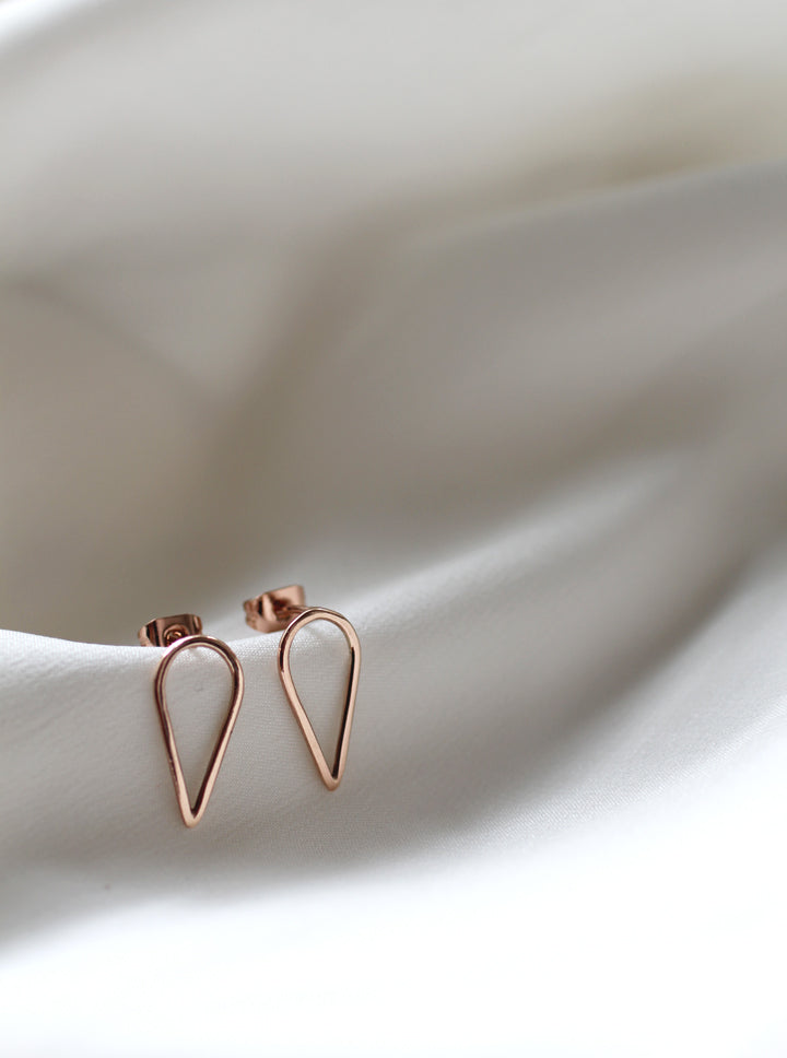 Filippa Arrow earrings in  9ct recycled red gold on white silk by M of Copenhagen