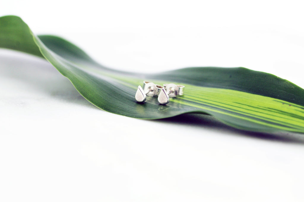 Laguna mini earrings by M of Copenhagen laying on a leaf