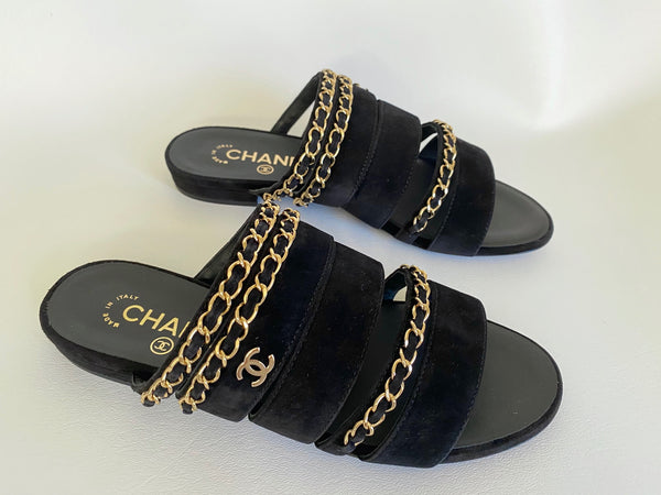 CHANEL BLACK SUEDE CALFSKIN FLAT SLIDE SANDALS WITH GOLD CC LOGO CHAIN