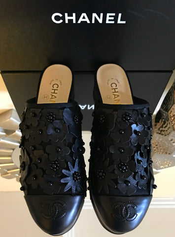 2017 CHANEL BLACK LEATHER FLOWER EMBOSSED SLIDES MULES SHOES SANDALS