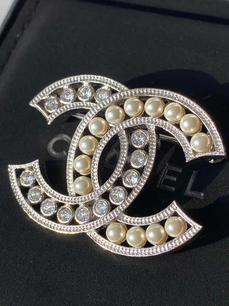 CHANEL 2019P SILVER TONE CC LOGO PEARL WHITE CRYSTALS TWO TONE BROOCH PIN NEW