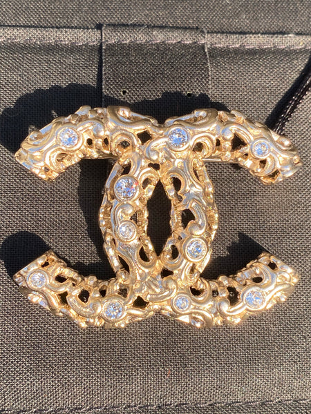 CHANEL 2019 GOLD GOLDEN BAROQUE STYLE CC LOGO WHITE CRYSTALS BROOCH PIN CHARM