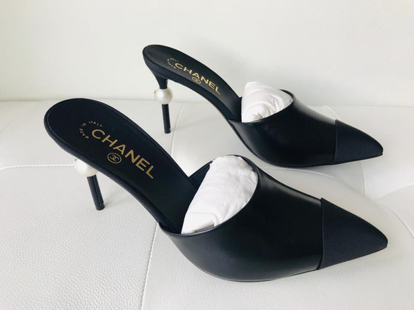 CHANEL RUNWAY BLACK LEATHER SLIDES MULES HEELS SHOES PEARL