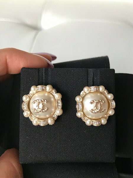 CHANEL WHITE PEARL ROUND SMALL CRYSTAL CC GOLDEN LOGO GOLD STUD EARRINGS
