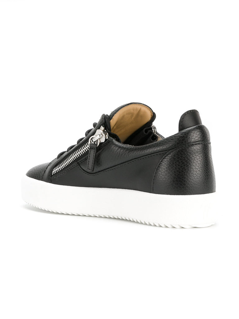 BLACK LOW TOP WITH SILVER LOGO AND WHITE SOLE FROM GIUSEPPE ZANOTTI