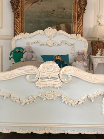 Louis XV bed with intense cartouche
