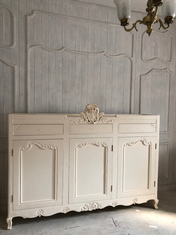 Armoire with a stunning cartouche
