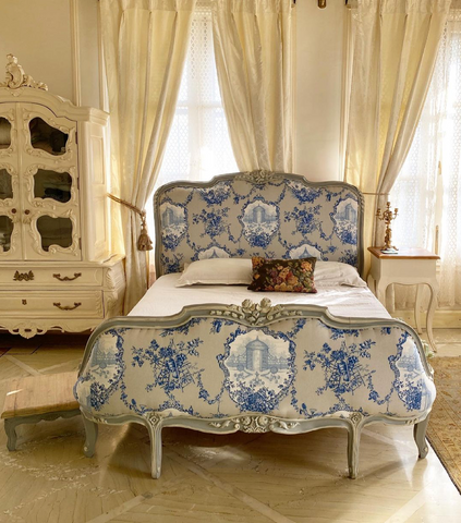 Sublime bed in Louis XV frame