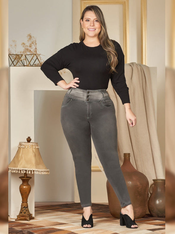 plus size colombian woman wearing dark smoky grey skinny jeans with black top and black heels