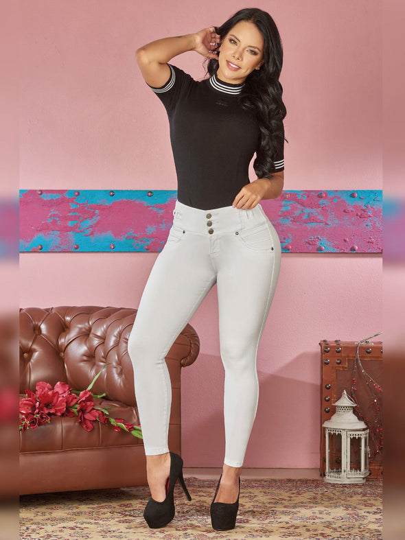 colombian woman wearing skinny white jeans black top black heels