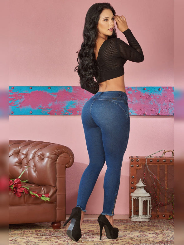 back view black crop top dark blue skinny jeans no pockets and black high heels