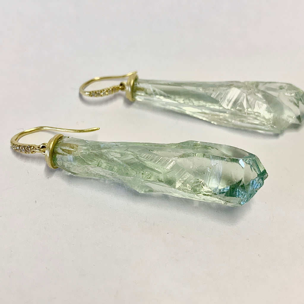 YELLOW GOLD AND GREEN AMETHYST ROUGH CUT EARRINGS