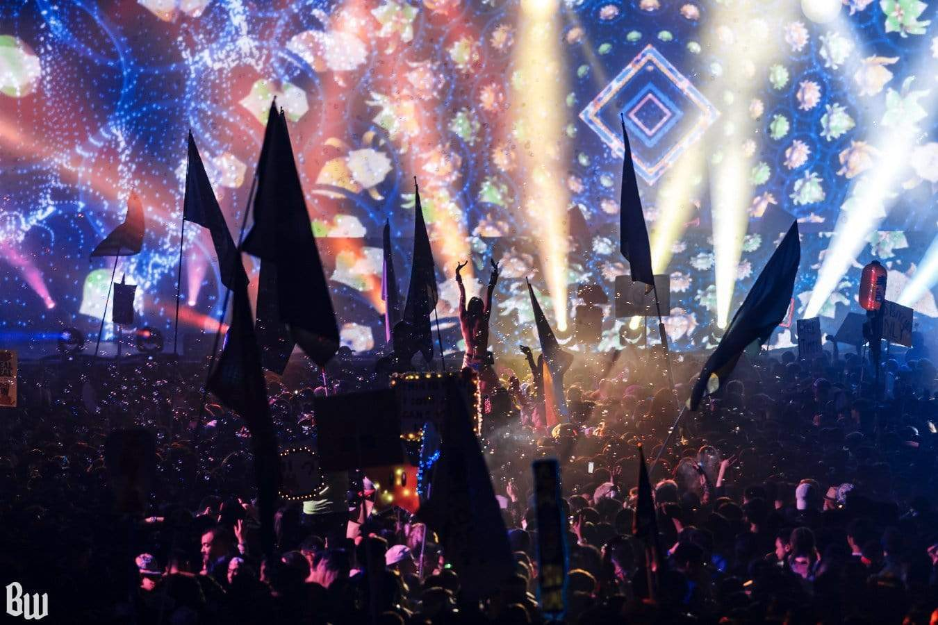 5 REASONS WHY EDM BECOMING MAINSTREAM ISN'T ALL BAD