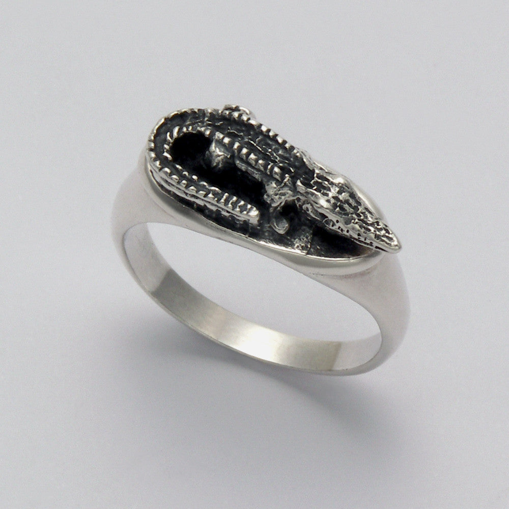 Alligator in Oval Ring