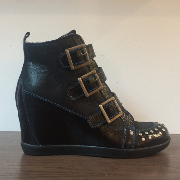Leather Wedge boot with stud detailing, adjustable straps gives the perfect fit. Fleece Lined, suitable for all seasons.
