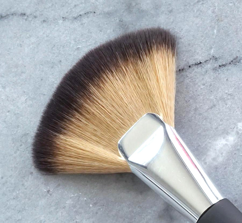 XOBEAUTY CONTOUR FAN BRUSH Glam Raider