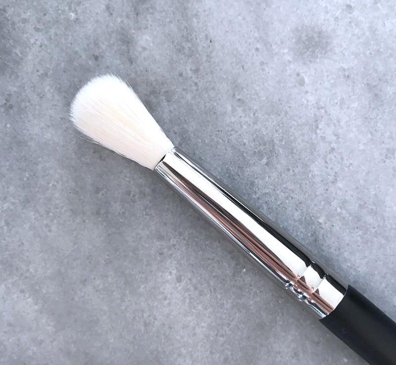 XOBEAUTY FLUFFY BLENDER BRUSH Glam Raider