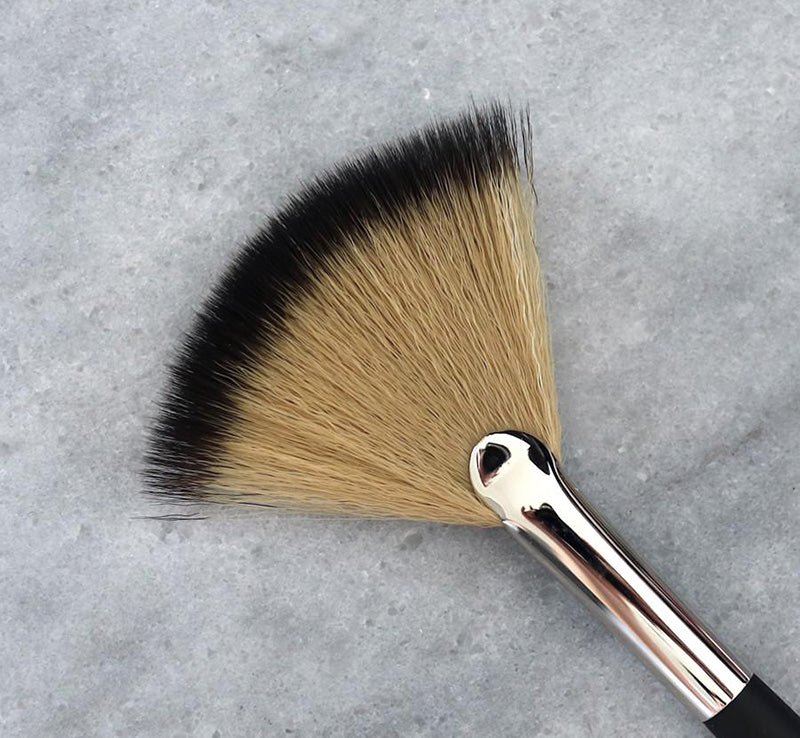 XOBEAUTY SHIMMER FAN BRUSH Glam Raider