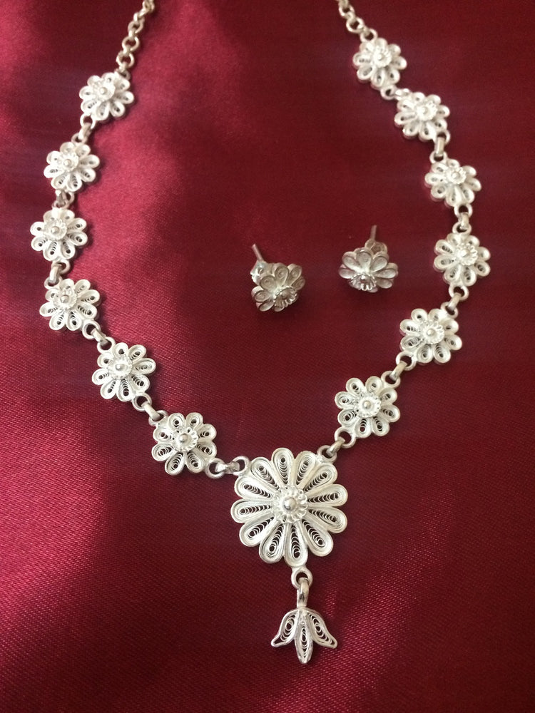 Silver jewelly necklace