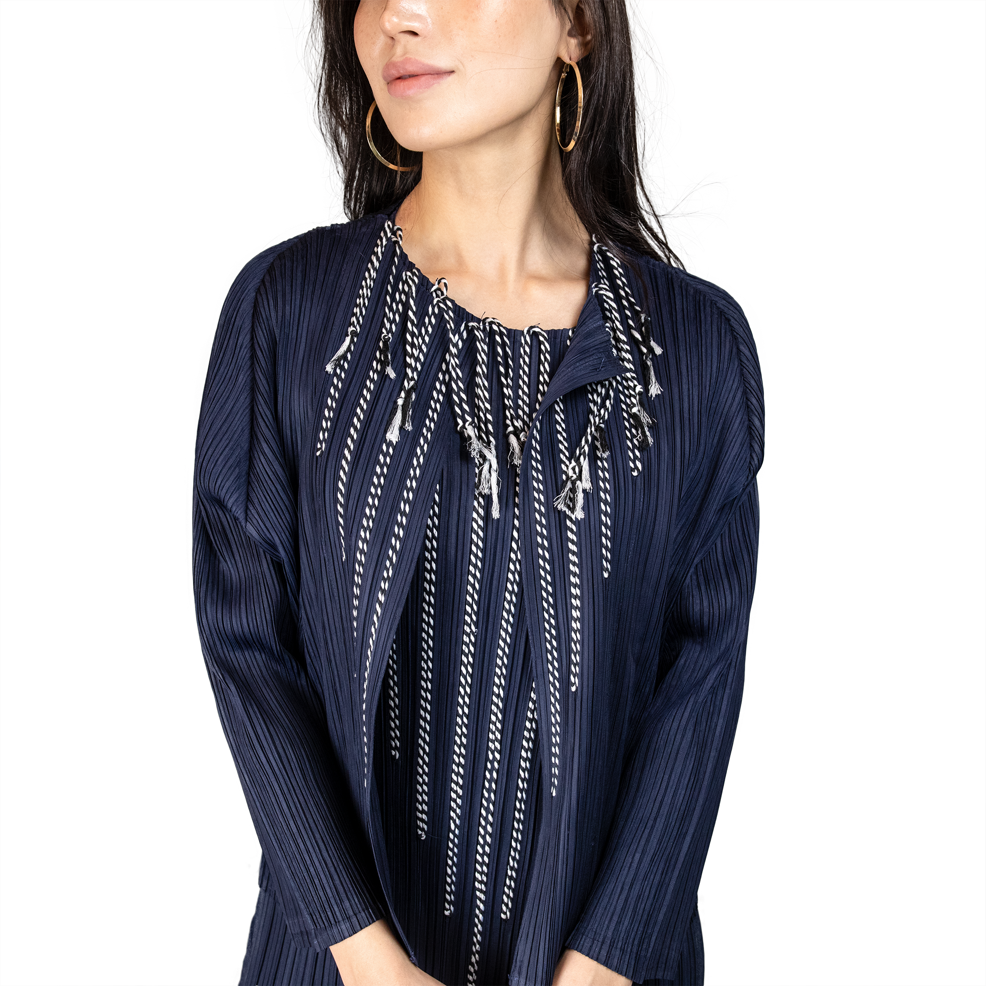Pleated front-open jacket with braid