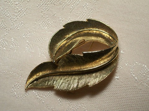 Circle of Leaves Brooch Brushed Gold Metal Coat Pin Vintage 1960's GERRY'S Signed Jewelry